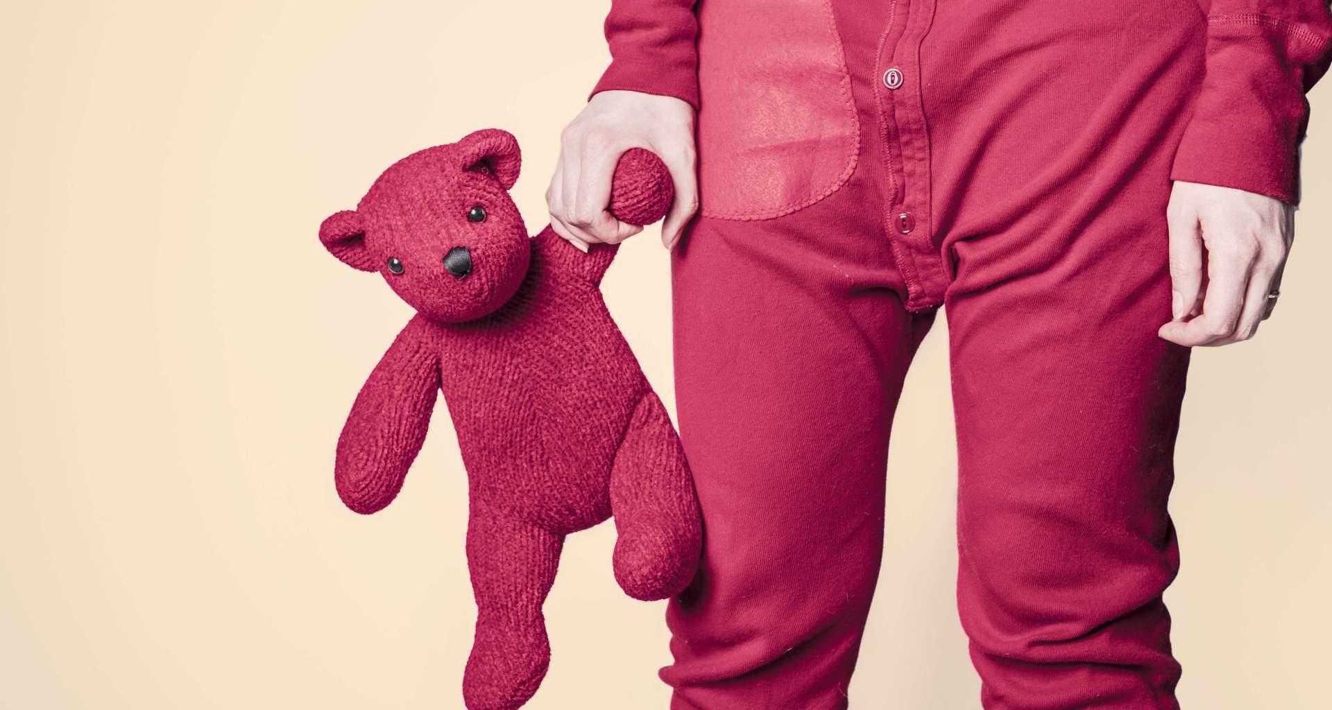 розовая игрушка и ребенок