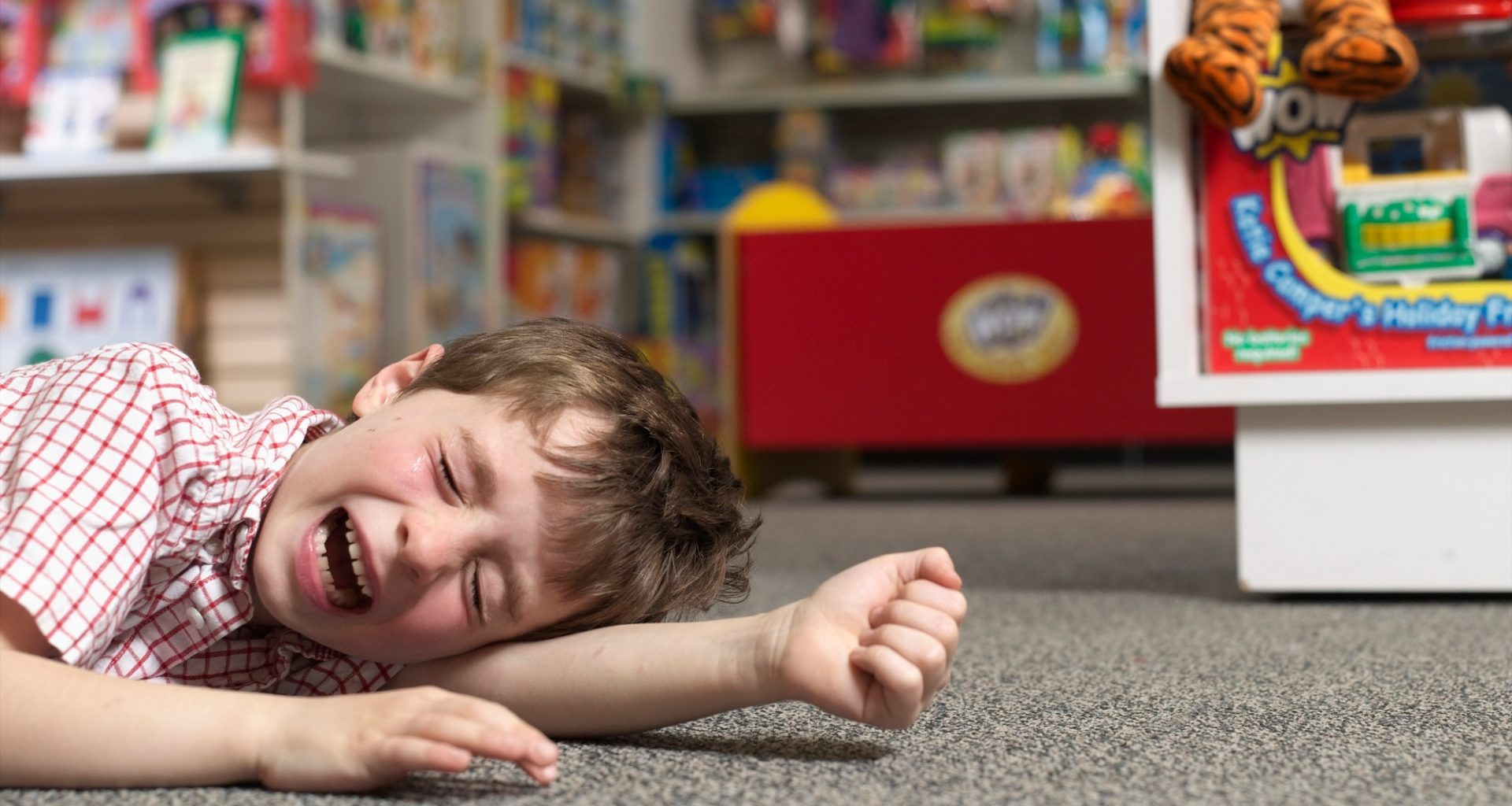 мальчик плачет на полу