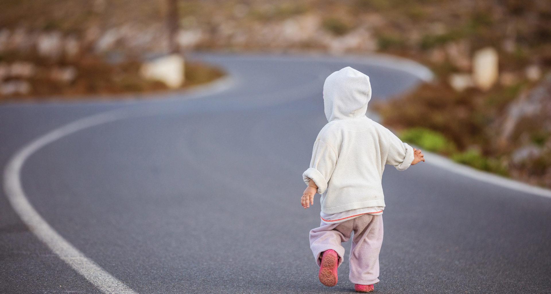ребенок убегает