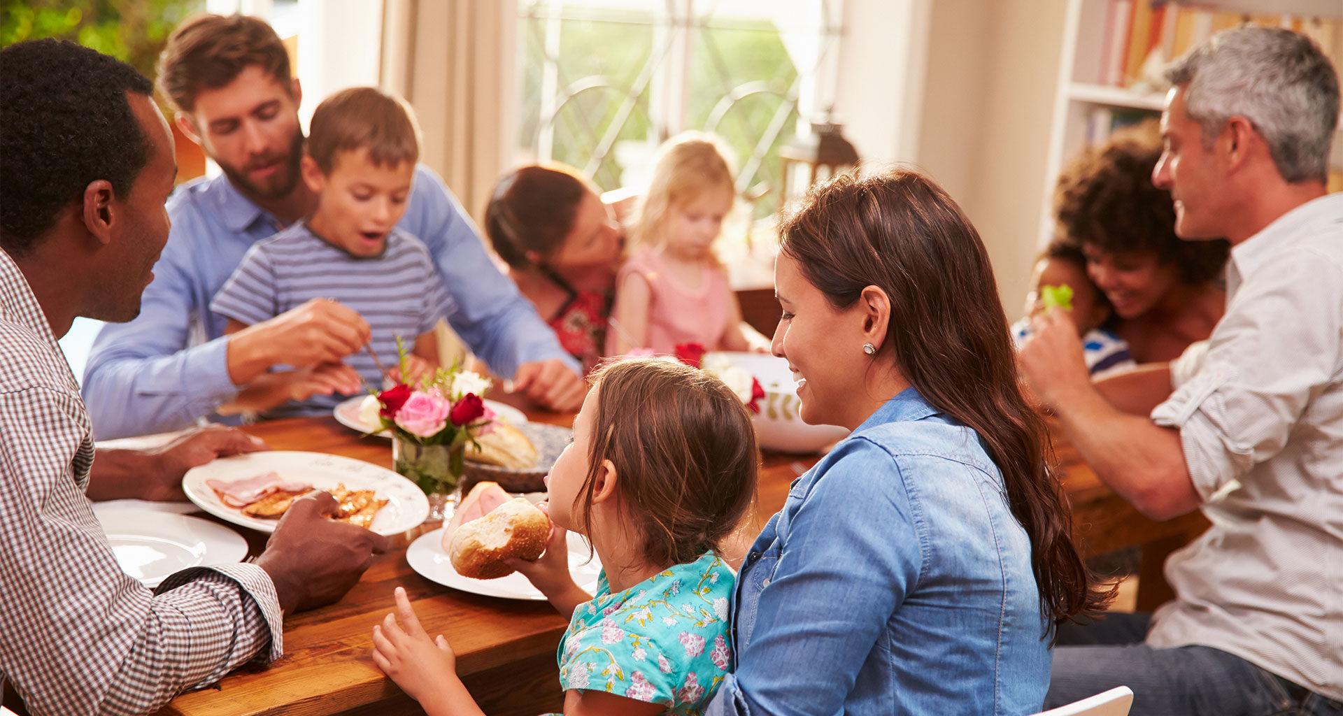общение семьи за столом