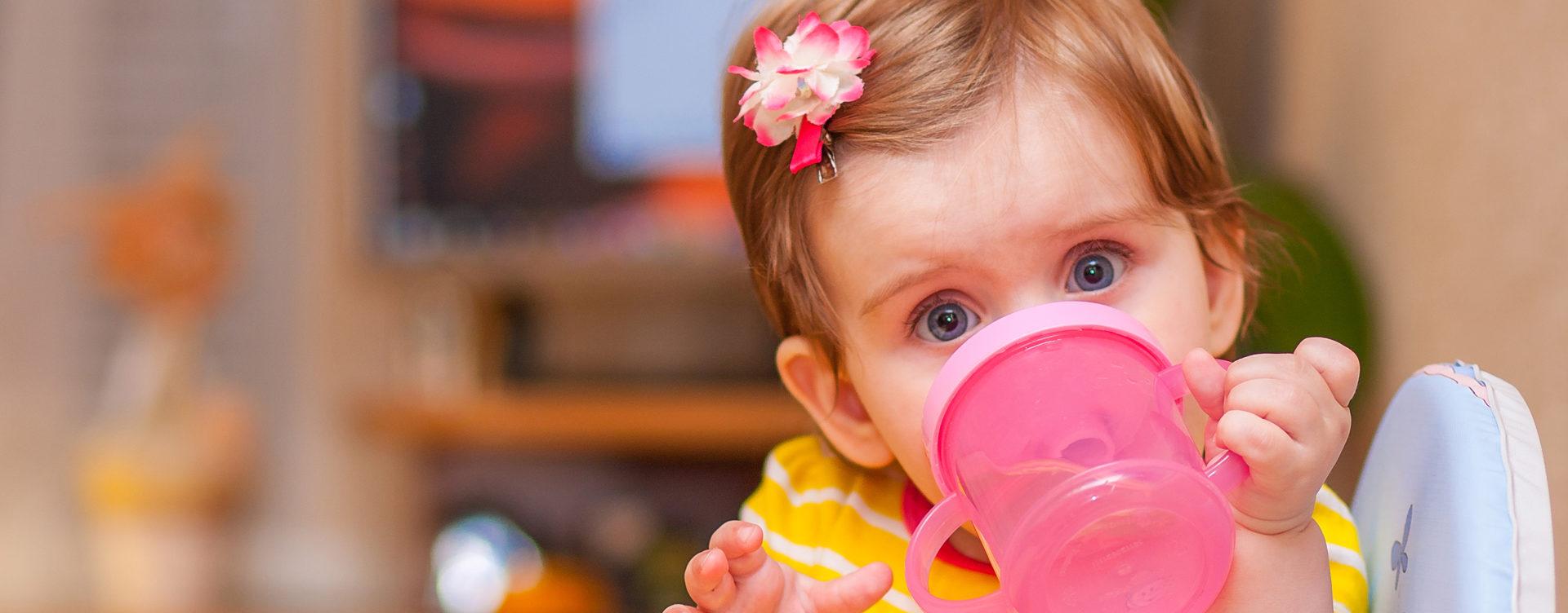 ребенок пьет с бутылочки