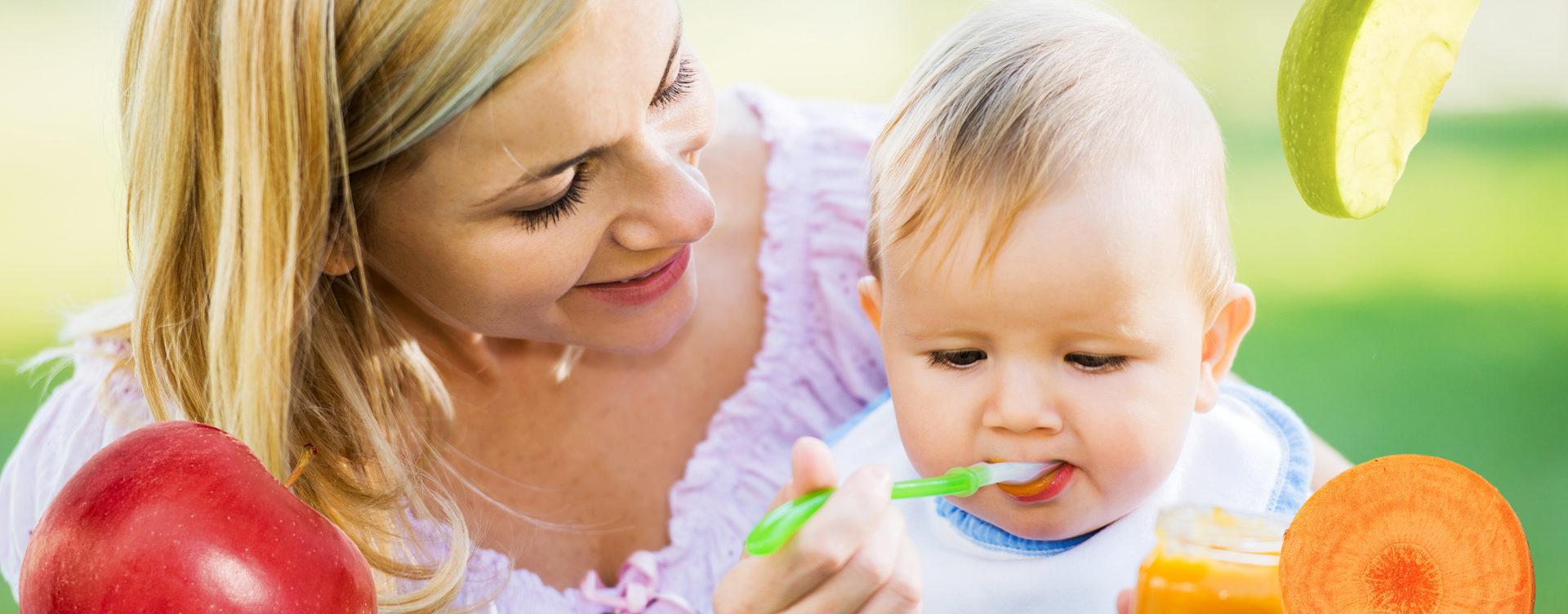мать кормит ребенка детским пюре
