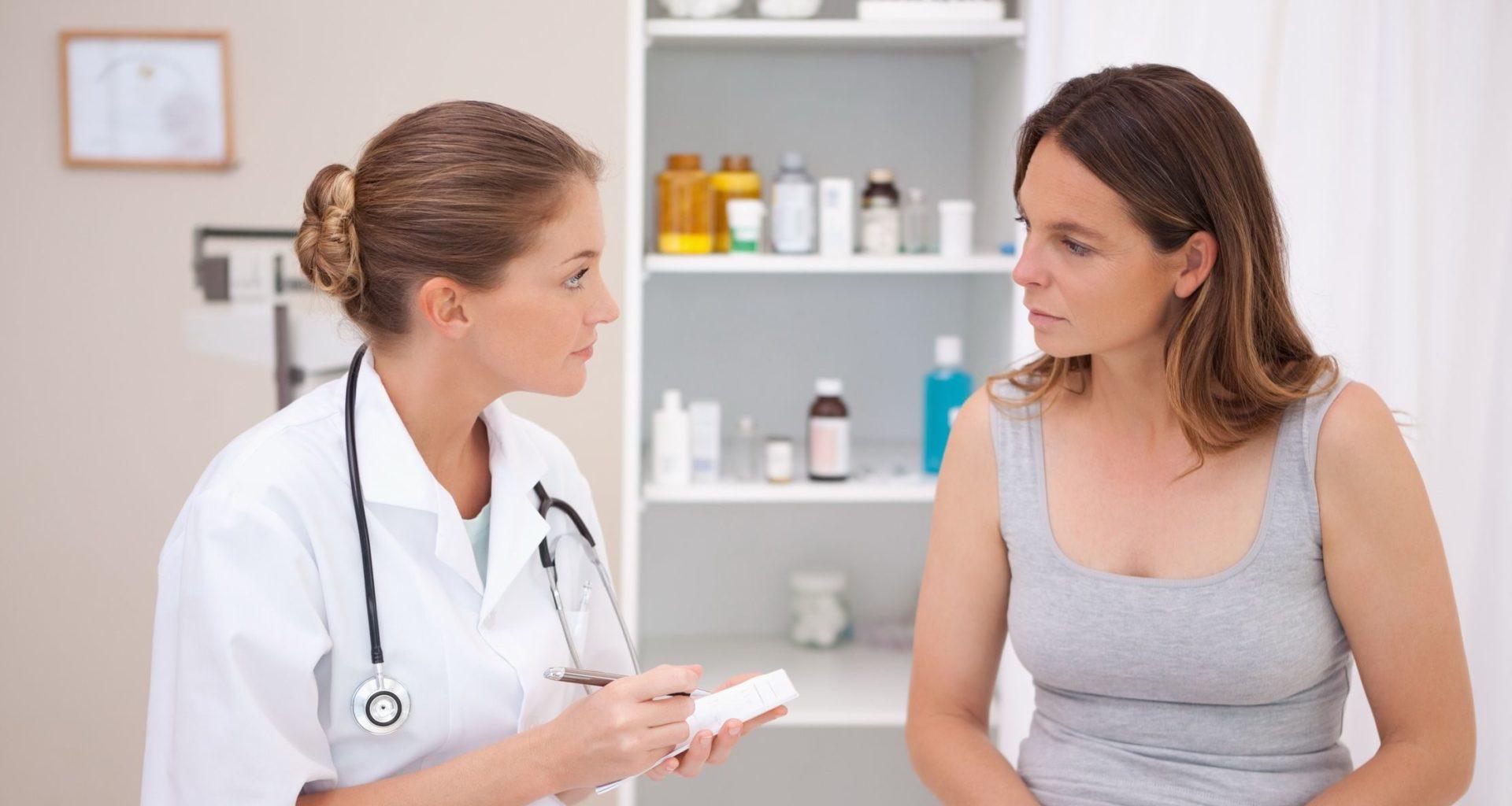 врач осматривает женщину на приеме